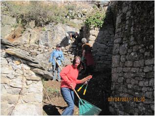 Les bénévoles au travail sur la maison de Birou